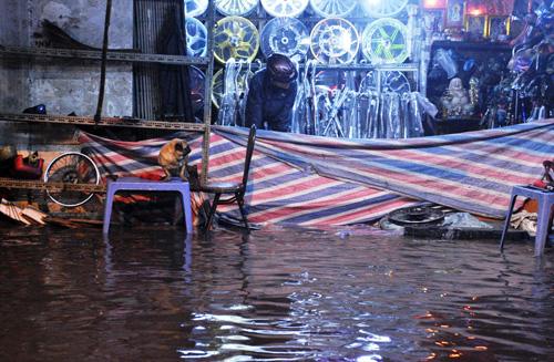 """Người Sài Gòn """"bơi"""" trong trận mưa trái mùa chiều mùng 6 Tết - 11"""