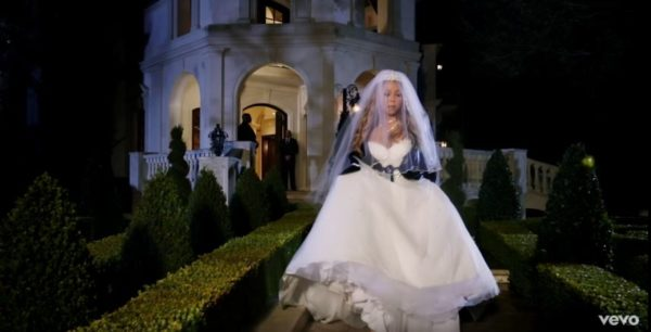 Bị tỉ phú hủy hôn, diva đốt váy cưới 5,6 tỉ đồng - 3