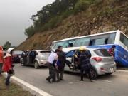 Tin tức trong ngày - Hà Nội: Xe khách đâm vào vách núi, 1 người tử vong
