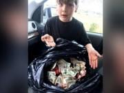 Phi thường - kỳ quặc - Ra thùng rác vứt đồ, bé 7 tuổi vớ được bọc tiền lớn