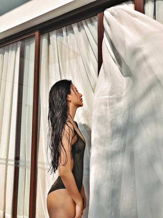 """Quỳnh Anh Shyn sexy với áo tắm khoét hông """"hiểm hóc"""" - 1"""