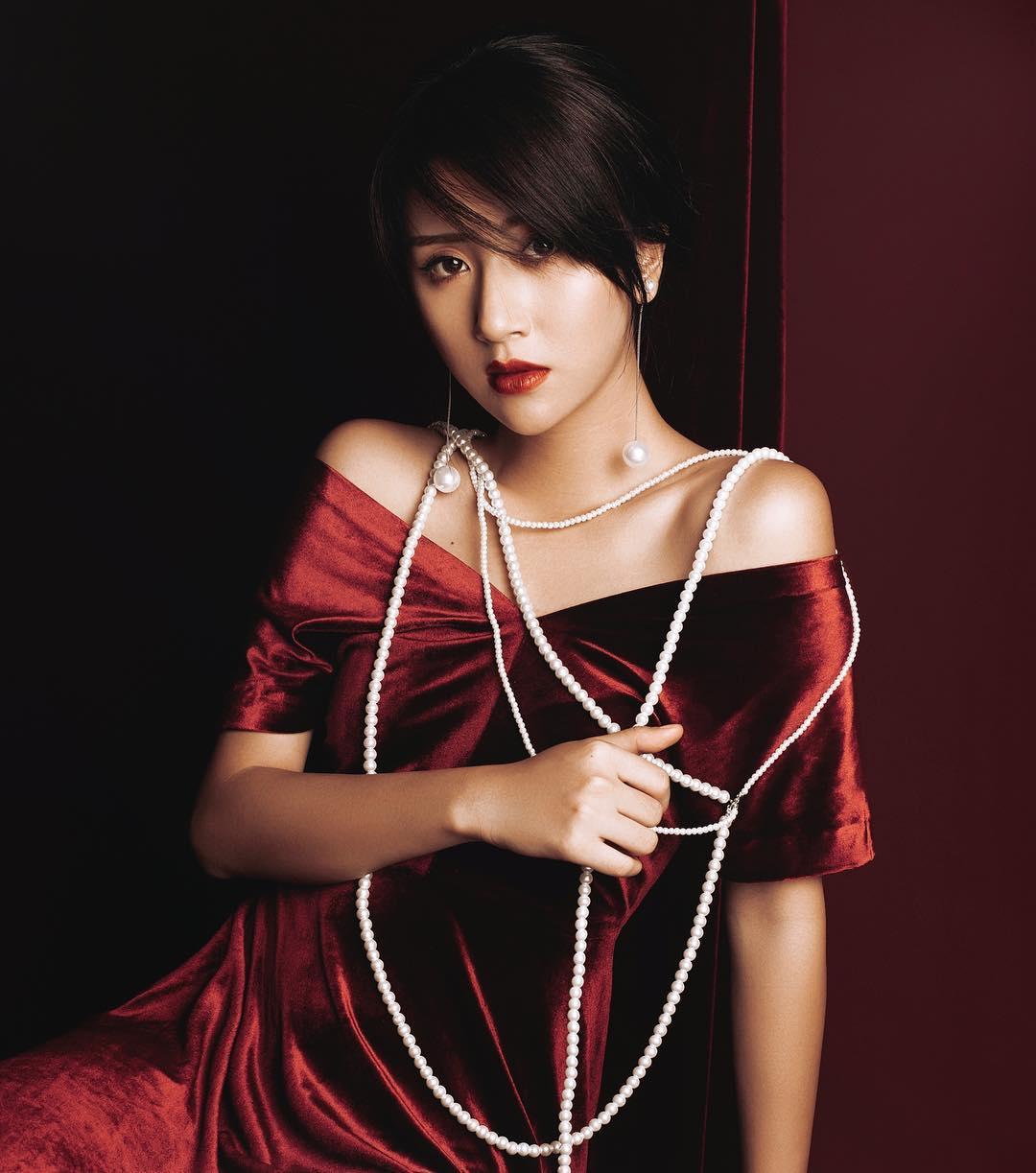 """Quỳnh Anh Shyn sexy với áo tắm khoét hông """"hiểm hóc"""" - 11"""