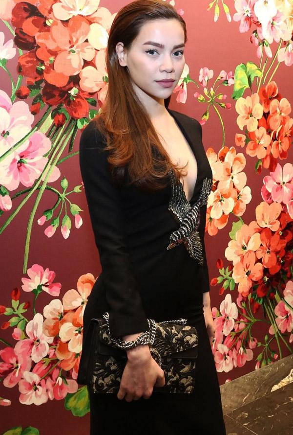 Hồ Ngọc Hà sexy mê ly với váy xẻ ngực sâu hút - 3