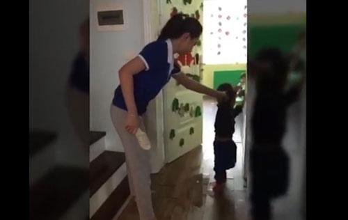 Một trong 2 cô giáo cầm dép đánh trẻ chỉ có bằng Cao đẳng Y - 1