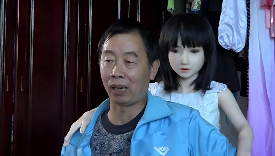 TQ: Hai cha con sống hạnh phúc với 7 robot tình dục - 1