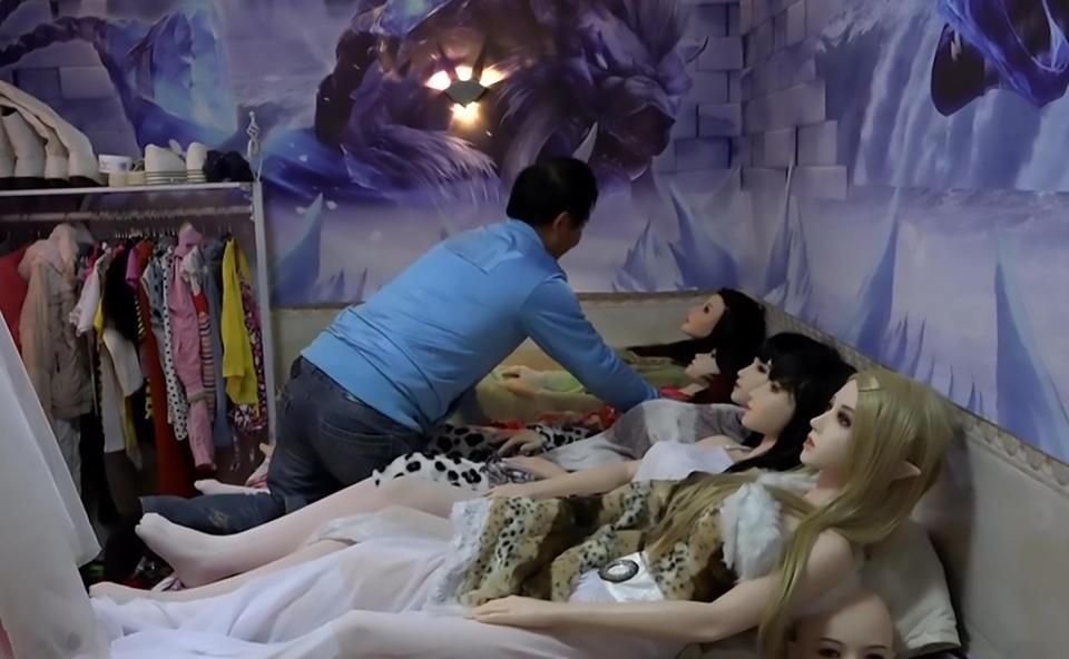 TQ: Hai cha con sống hạnh phúc với 7 robot tình dục - 2