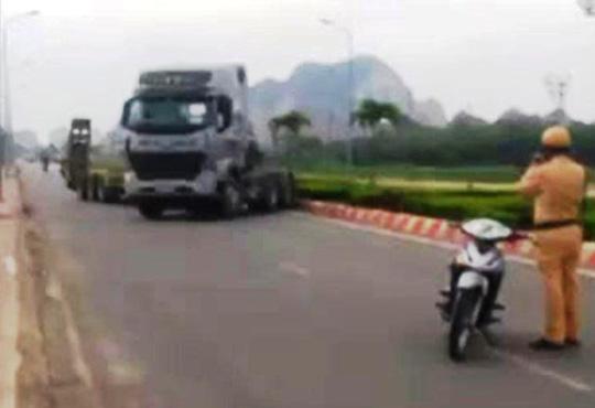 Xe đầu kéo chạy trốn CSGT gây náo loạn trên phố - 1