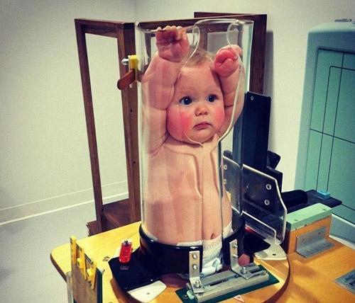 """Giật mình với bức ảnh em bé bị """"nhốt"""" trong ống nghiệm - 1"""