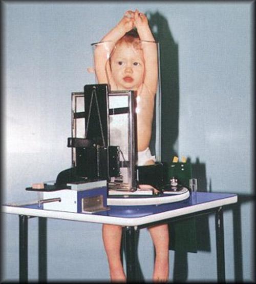 """Giật mình với bức ảnh em bé bị """"nhốt"""" trong ống nghiệm - 3"""