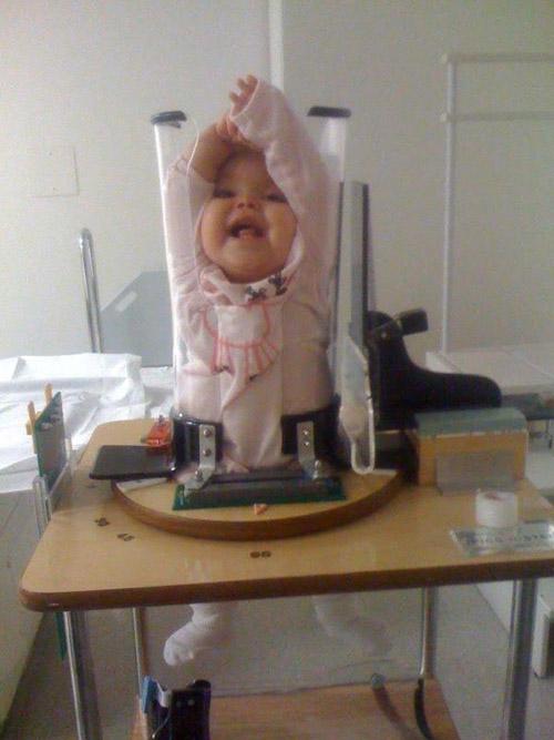"""Giật mình với bức ảnh em bé bị """"nhốt"""" trong ống nghiệm - 4"""