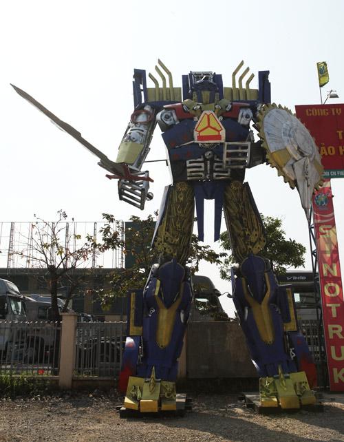 Xuất hiện robot khổng lồ cao 9m ở Hà Nội - 2