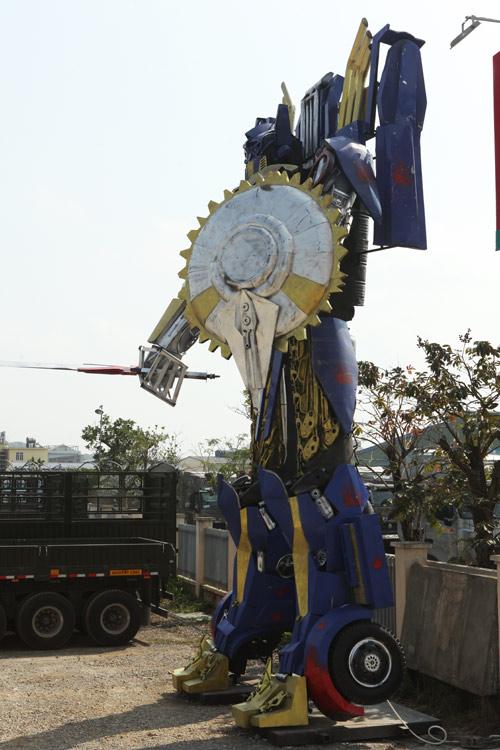 Xuất hiện robot khổng lồ cao 9m ở Hà Nội - 13