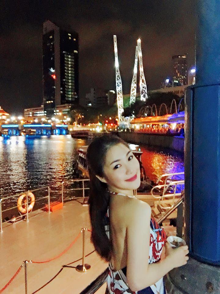 """Hương Tràm tự sắm """"xế xịn"""", khoe lưng trần ở Singapore - 1"""