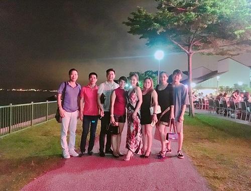"""Hương Tràm tự sắm """"xế xịn"""", khoe lưng trần ở Singapore - 4"""