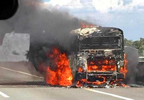 Xe khách bất ngờ phát hỏa, hành khách chạy thục mạng - 2
