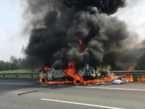 Xe khách bất ngờ phát hỏa, hành khách chạy thục mạng - 1