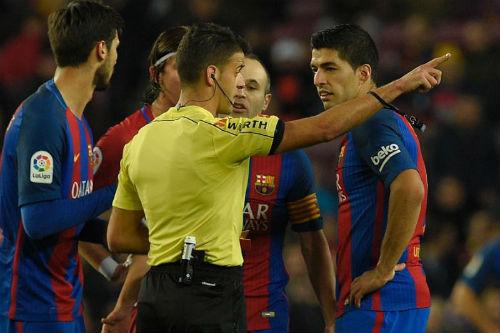 "Suarez lại ""trẻ trâu"", Barcelona gặp thêm rắc rối - 2"