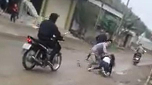 Bắt vợ ở Nghệ An: Sẽ xử phạt hành chính 4 thanh niên - 1