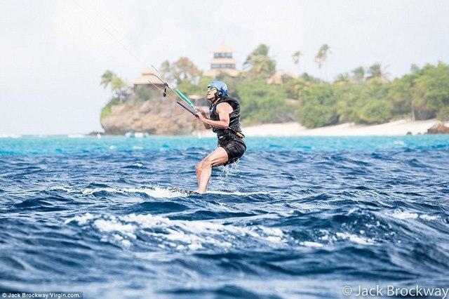 """Obama trông cực """"ngầu"""" tranh tài lướt sóng với tỉ phú Anh - 3"""