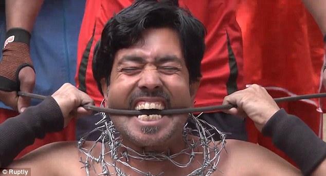 """Người đàn ông """"thép"""" dùng răng bẻ cong thanh sắt - 1"""