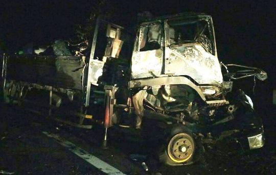 Xe tải đâm xe đầu kéo rồi bốc cháy, 2 người tử vong - 1