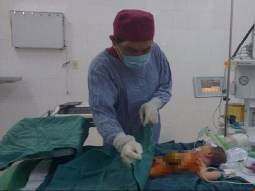 Bé trai mới sinh có lá gan nằm ngoài ổ bụng - 1