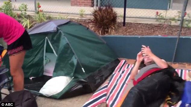 Úc: Cắm trại 2 ngày chờ xin học cho con - 1
