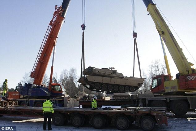 Xe tăng Mỹ rầm rộ tới biên giới Latvia giáp Nga - 2