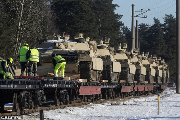 Xe tăng Mỹ rầm rộ tới biên giới Latvia giáp Nga - 1