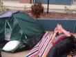 Úc: Cắm trại 2 ngày chờ xin học cho con