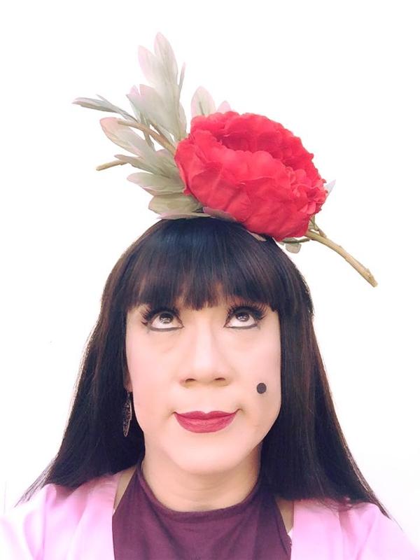 """Học theo """"Cám"""" Thành Lộc, Lilly Nguyễn cũng hoa cài mái tóc - 1"""