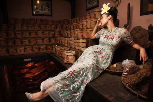 """Học theo """"Cám"""" Thành Lộc, Lilly Nguyễn cũng hoa cài mái tóc - 3"""