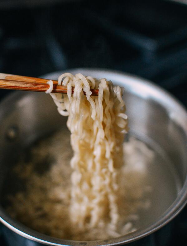 Mì tôm kim chi nóng hổi cho bữa sáng - 4