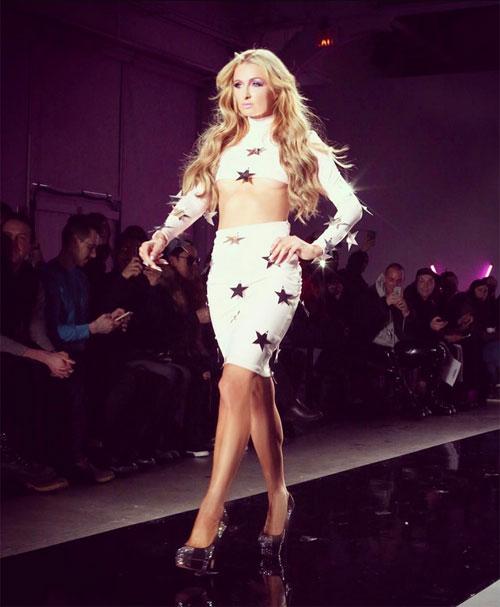 """Paris Hilton """"đốt mắt"""" người nhìn với style phô chân ngực - 2"""