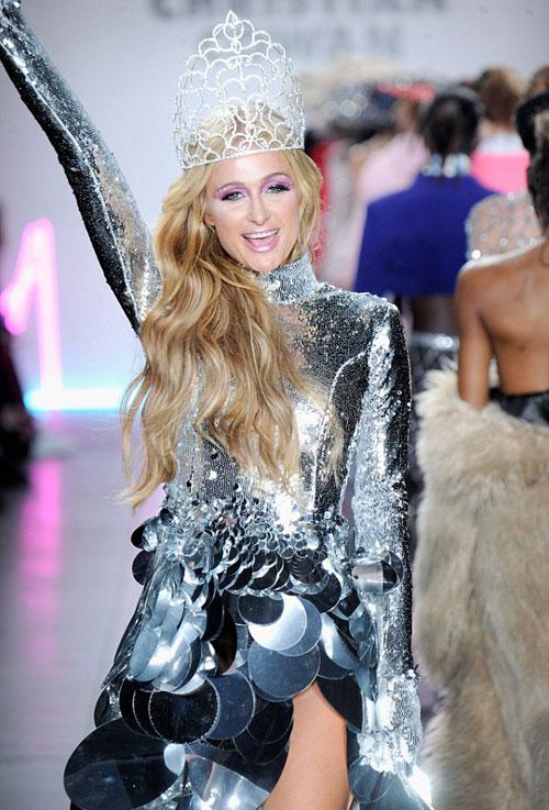 """Paris Hilton """"đốt mắt"""" người nhìn với style phô chân ngực - 5"""