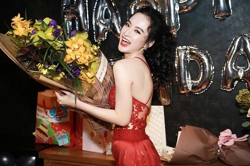 """Phương Trinh, Trương Nhi hở bạo """"bung lụa"""" ngày sinh nhật - 2"""