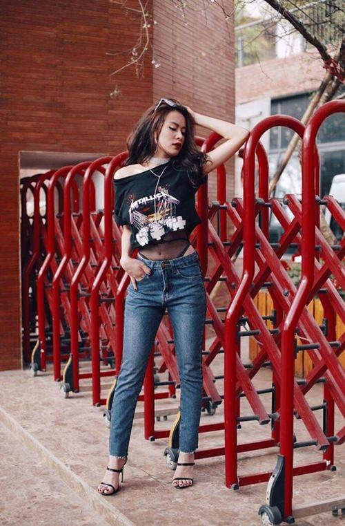 Hoàng Thùy Linh mặc style lạ, lăng xê mốt quần lưới hở eo - 1