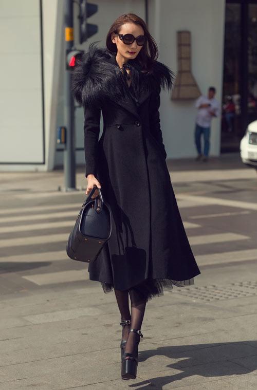 Hoàng Thùy Linh mặc style lạ, lăng xê mốt quần lưới hở eo - 4