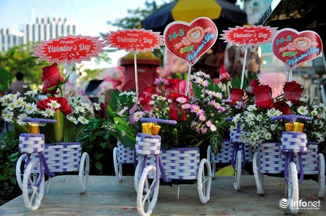 """TP.HCM: Hoa mắt quà tặng Valentine trên """"con đường tình yêu"""" - 4"""