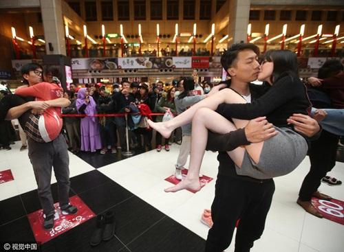 Nóng bỏng cuộc thi hôn của giới trẻ Trung Quốc - 3