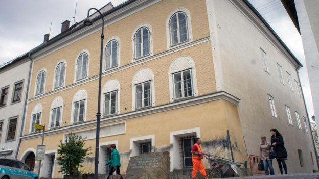 Áo: Bắt giữ người đàn ông giống y xì Hitler - 3