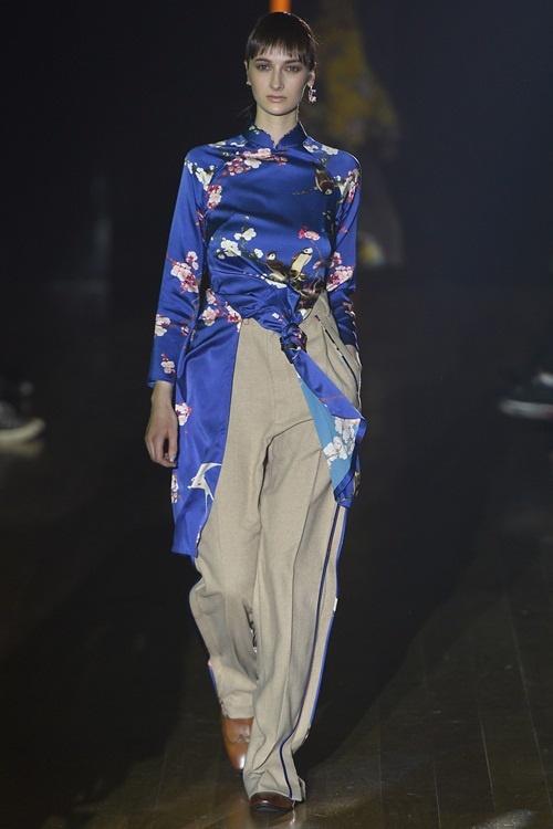 """""""Choáng""""với áo dài Việt phối vest lên sàn diễn thế giới - 1"""