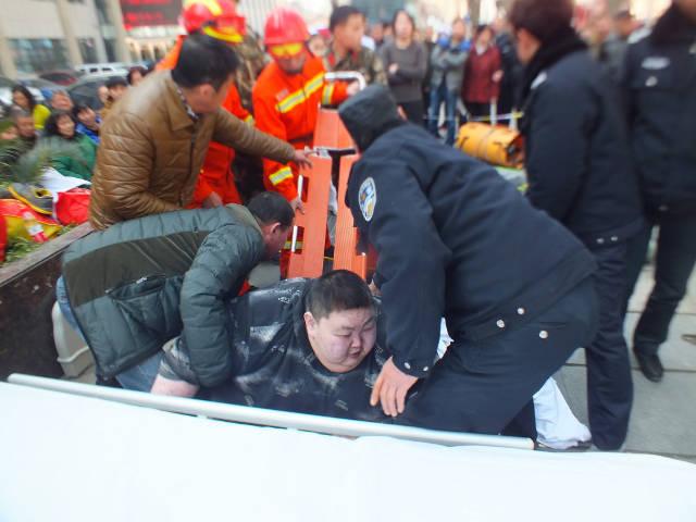 Thanh niên 2 tạ ngã ra đất, 20 người hì hục 2 tiếng đỡ dậy - 1