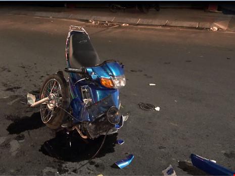 Xe máy gãy đôi tối Valentine, 2 cặp nam nữ bị thương - 2