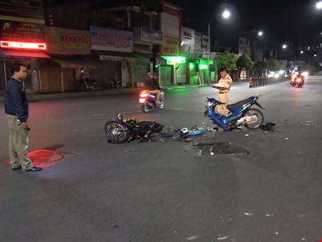 Xe máy gãy đôi tối Valentine, 2 cặp nam nữ bị thương - 1