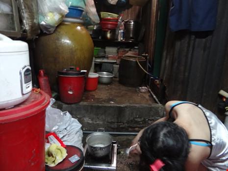 Cận cảnh nhà 15m2 xập xệ có 23 nhân khẩu ở Sài Gòn - 5