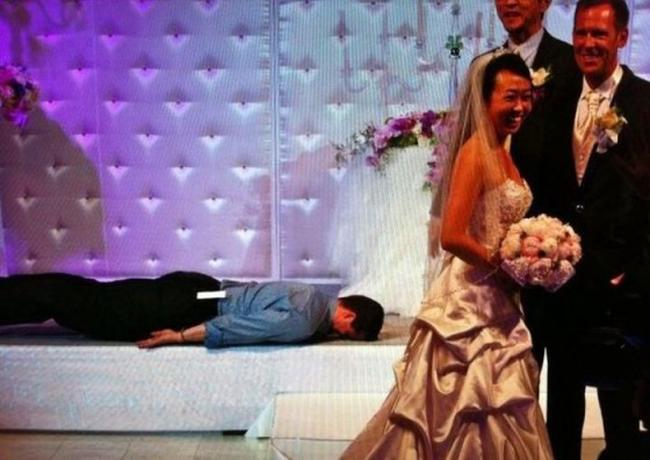 Ơ hay, sao lại lên chiếm sân khấu của người ta nằm ngủ thế?