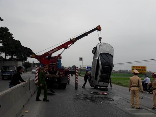 Xe BMW phơi bụng giữa quốc lộ 1A - 3