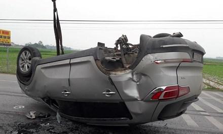 Xe BMW phơi bụng giữa quốc lộ 1A - 1