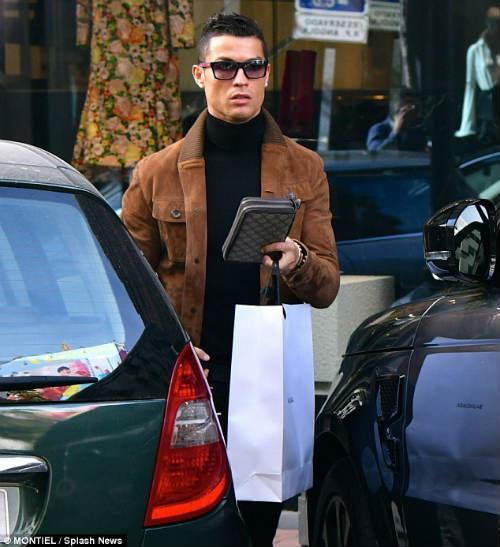 """Ronaldo """"săn"""" hàng hiệu tặng bạn gái quà Valentine - 1"""